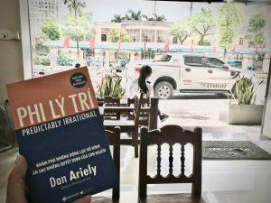 [Review Sách] Phi Lý Trí của Dan Ariely: Cuốn sách về Kinh tế học hành vi dễ hiểu nhất!