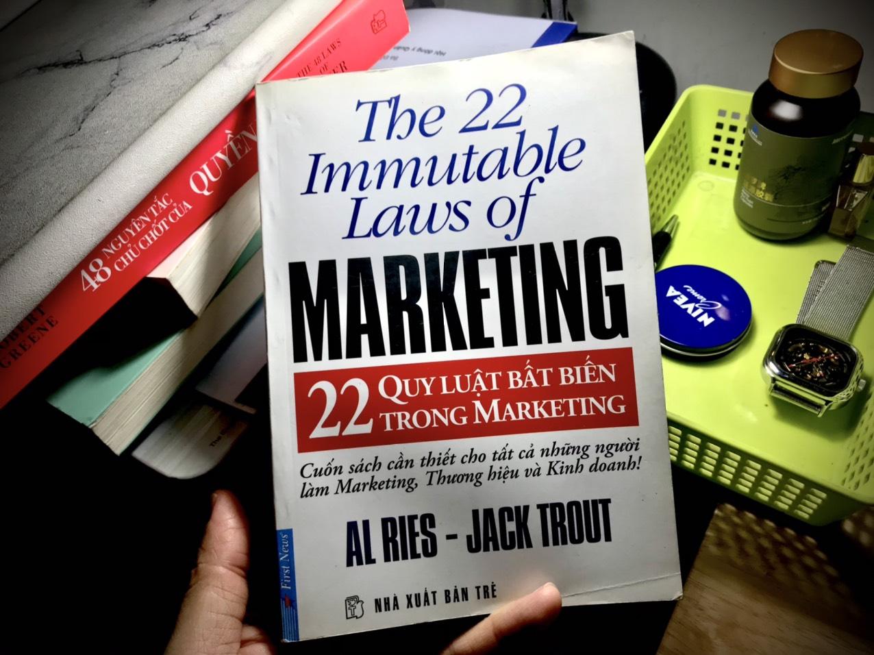You are currently viewing Review Sách 22 quy luật bất biến trong tiếp thị của Alries và Jack Trout: Sách hay cho các doanh nhân muốn tìm hiểu nhanh về marketing
